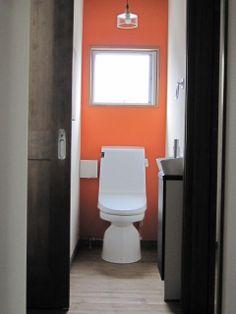 オレンジのアクセントウォール、ダークブラウンの木製扉との組み合わせが素敵です。  ★カラーから選べる壁紙[1m/¥370]でご購入いただけます http://item.rakuten.co.jp/diaadia/wp-solid_color/
