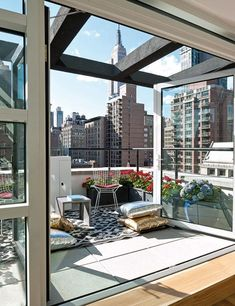 New York penthouse with panoramic skyline view New York Penthouse, Duplex New York, New York Loft, New York Apartments, New York Apartment Luxury, New York Homes, Ny Loft, Penthouse Suite, Luxury Penthouse