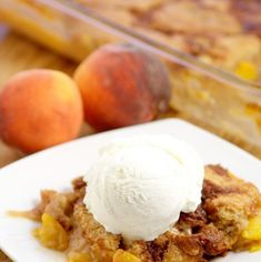 Southern Peach Cobbler -Sweet Peaches covered in butter, brown sugar and spices and topped with a simple moist cobbler batter and cinnamon sugar. Fruit Recipes, Desert Recipes, Sweet Recipes, Fruit Cobbler, Cobbler Recipe, Southern Peach Cobbler, Peach Cobblers, Baked Peach, Canned Peaches