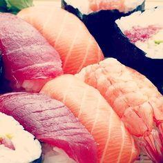 La cucina giapponese a Milano? Nel capoluogo meneghino ha un ruolo primario con tantissimi indirizzi da non perdere. Ecco i migliori secondo la Guida Milano 2017 del Gambero Rosso tutti su www.gamberorosso.it #sushi #sashimi #cucinagiapponese #madeinjapan #japan #food #foodie #instagood #tonno #salmone #riso Made In Japan, Foodie, Sashimi, Milano, Connect, Instagram Posts