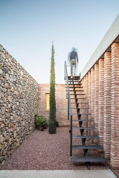 Image 7 of 23 from gallery of AA House / Alventosa Morell Arquitectes. Photograph by Adrià Goula Villa Design, House Design, Staircase Outdoor, Outside Stairs, External Staircase, Rooftop Design, Casa Patio, Metal Stairs, Exterior Stairs