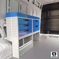 Echiparea pentru furgoneta Volkswagen Crafter poate fi compusă din rafturi, valize, casetiere, podea, capitonarea pereților și nenumărate accesorii! Volkswagen, Rafting, Lockers, Locker Storage, Cabinet, Furniture, Home Decor, Pickup Trucks, Automobile
