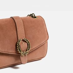 ZARA Pink leather crossbody bag. Metallic detail on the flap. Shoulder strap with chain. Lining with pocket. Magnet fastening. Due to their velvety finish, suede leathers may stain clothes.