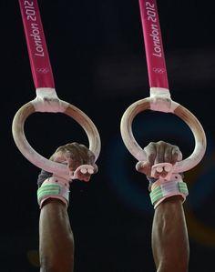 El gimnasta estadounidense John Orozco entrenando en las anillas.  DYLAN MARTINEZ (REUTERS)