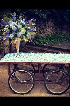 Arranjo de flores lindo de Lais Aguiar Maluhy e charme do carrinho com bem casados para um casamento na fazenda. Super inspiracão!