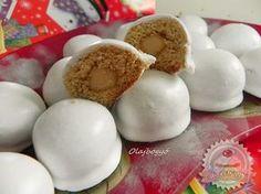 Mézes marcipános puszedlik - Kb. 45 db készül ebből a mennyiségből.  A tésztához:      40 dkg liszt     2 evőkanál tejföl     2 tojássárgája     5 dkg barna cukor (porrá őrölve)     12 dkg méz     4 dkg margarin     csipet só     1 kávéskanál szódabikarbóna     1-1 kávéskanál őrölt fahéj-gyömbér-szegfűszeg     10 dkg marcipán  A mázhoz:      2 tojásfehérje     15 dkg porcukor Christmas Candy, Xmas, Hungarian Cake, Decorating Tips, Gingerbread, Biscuits, Sweet Treats, Goodies, Food And Drink