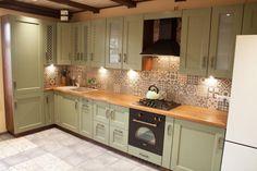 Toto odmastí komplet celú kuchyňu: Netreba vám žiadnu drogériu - na rok to nestojí ani euro! Home Furniture, Diy And Crafts, Kitchen Cabinets, Euro, House, Home Decor, Belle, Chemistry, Decoration Home