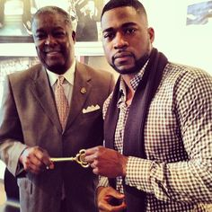 Musician David Banner accepts the key to the city from Jackson Mayor Harvey Johnson.
