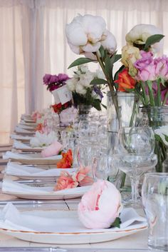 Long table decorated each setting with alternate flower colors on every napkin.