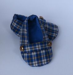 Sapatinho em tecido xadrez com forro liso na cor azul. Baby Boy Shoes, Baby Booties, Baby Boy Outfits, Kid Shoes, Quilt Baby, Ag Doll Clothes, Doll Clothes Patterns, Doll Shoes, Pretty Baby