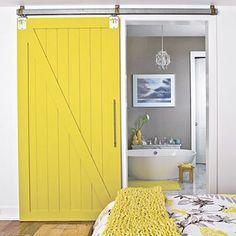 Porte de grange jaune entre la chambre et la salle de bains  http://www.homelisty.com/porte-de-grange/