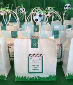 bolistas regalo fútbol Soccer Kits, Candy Bags, Party Kit, Paper Shopping Bag, Birthday Parties, Ideas, Football Decor, Football Themed Parties, Parties Kids