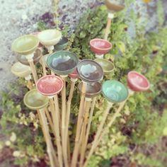Ces fleurs à piquer en céramique décorent votre jardin été comme hiver et servent de réservoir d'eau pour les oiseaux. Le grès cuit à haute température devient imperméable, les fleurs peuvent donc rester dehors tout au long de l'année.