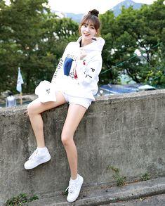 Youngjae, Beautiful Asian Women, Nice Body, Asian Woman, Ulzzang, White Shorts, Photoshoot, Poses, Legs