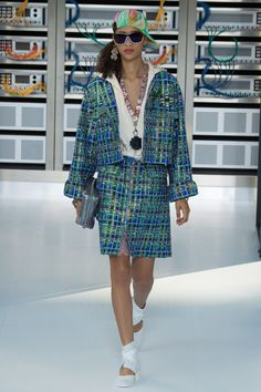 Chanel Spring 2017 Ready-to-Wear Fashion Show
