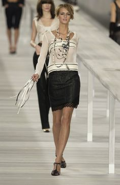 http://www.livingly.com/runway/Chanel/Paris Fashion Week Spring 2004/R3jUickzxI1