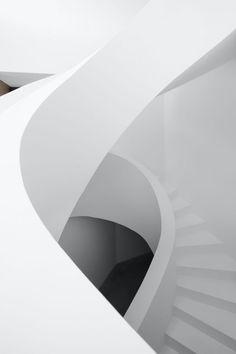 Située dans les collines de Comano, un petit village près de Lugano dans le sud de la Suisse, The Concrete Villa est une réalisation de l'agence DF__DC. Voulant se préserver au maximum des maisons environnantes, les fondateurs de l'agence Dario Franchini et Diego Calderon ont conçu la maison comme un mur habité, son architecture s'inspirant de la forme trapézoïdale du terrain. « Afin d'éviter l'effet d'un volume trop long et fermé, mais aussi d'assurer l'intimité des propriétaires...