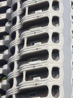 Edificio singular. Detalle. La balconada de cada vivienda me recuerda a ET.