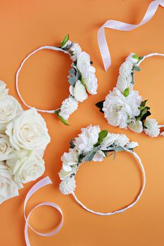 Make your holiday functions extra festive with this fabulous all white flower crown DIY! White Floral Crowns, White Flower Crown, Diy Flowers, Flower Decorations, White Flowers, Bridal Bouquet Pink, Graduation Cap Decoration, Diy Crown, Wedding Table Flowers