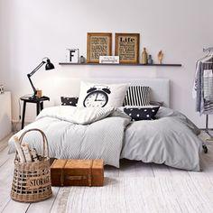 NYC Apartment - passend zu dem Style: zwei schwarze Kissenhüllen, mit weißen Sternen bedruckt. #impressionen #nyc #apartment