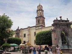 Templo de Santa Clara y fuente de Neptuno en el centro historico de la CIudad de Querétaro.