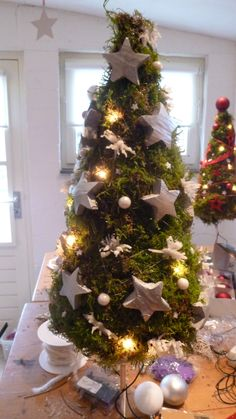 kerstboom op pin met verlichting kerstbloemschikken workshop bloemschikken