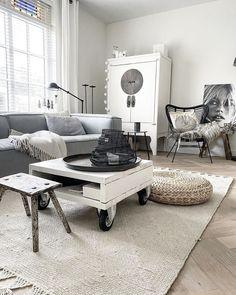 Heerlijk relaxen na een drukke dag of juist gezellig met vrienden kletsen: de woonkamer is de plek waar het gebeurt. Maar hoe zorg je voor de perfecte sfeer in jouw woonkamer? Lees het op onze blog. #woonkamerinspiratie #woonkamerideeën #scandinavisch   Bron: IG of @ingridvanderzalm84 Decor, Furniture, Dining, Dining Table, Table, Home Decor, Office Desk, Office, Desk
