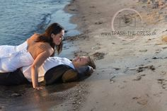 Bryllupsfotograf. Trash The Dress Danmark. Bryllupsbilleder ved daggry. Brudepar i solopgangen. Brudepar i vandet. Bryllupsfoto på stranden i havet