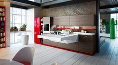 Çekmeceler ve dolaplar, kahverengi ahşap, yanda bitişip kırmızı bir dolap ile mutfak dolabının altındaki kırmızı vurgular birlikte çok estetik ve koordineli çalışıyor. Güneş alan bi