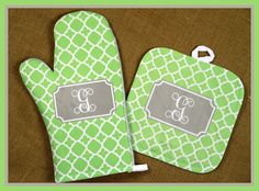 My mom would love these personalized pot holders for Christmas! #affiliate