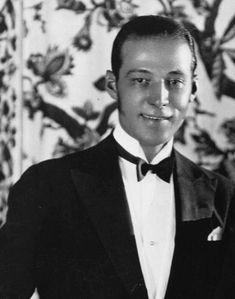 Rudolph Valentino Silent Film Stars, Movie Stars, Vintage Hollywood, Classic Hollywood, People Crowd, Rudolph Valentino, Flapper Era, Valentino Men, Tom Hardy