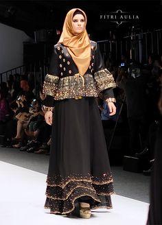 Fitri Aulia: Nighttide Alteration on Jakarta Fashion Week 2016 Jakarta Fashion Week, Fashion Week 2016, Fashion Show, Girl Fashion, Womens Fashion, Islamic Fashion, Muslim Fashion, Hijab Fashion, Fashion Outfits