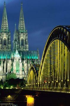 Vista nocturna de la Catedral de Colonia y el Puente de Hohenzollern, Alemania