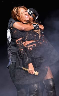 Bonnie & Clyde: Beyonce and Jay Z were every bit the power couple as they performed in Chicago on Thursday night for their joint On The Run tour damn mad people got issues with Beyonce Beyonce E Jay Z, Queen Bee Beyonce, Beyonce Knowles Carter, Beyonce Style, Beyonce 2013, Beyonce Album, Destiny's Child, Celebrity Couples, Celebrity Pictures