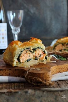 Puff pastry with salmon and spinach. Puff pastry with salmon and creamed spinach.(in Spanish) Fish Recipes, Seafood Recipes, Whole Food Recipes, Cooking Recipes, Homemade Tacos, Homemade Taco Seasoning, Cake Ingredients, Quiches, Gastronomia
