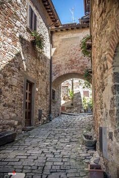 Montefioralle (Greve in Chianti, Firenze) Design Inspiration Old Town Italy, Villas, Toscana Italia, Italian Street, Under The Tuscan Sun, Remo, Old Building, Architecture Old, Tuscany Italy