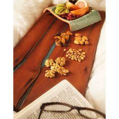 Para un picoteo saludable!! Tabla de roble apellinado con resina epoxica.  Tabla curada con cera de abeja para impermeabilizar la madera y darle mayor durabilidad. Epoxy, Wooden Boards, Honey Bees, Oak Tree