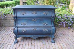 Brocante buikkastje geschilderd in Aubusson Blue.
