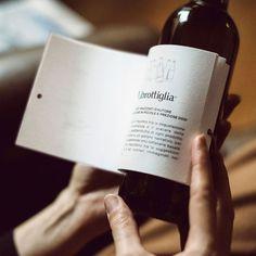 La cosa es tomarte el vino en compañía, charlando con alguien, pero por si en alguna ocasión prefieres tomarte la botella tu solito/a, aquí tienes una opción propuesta por la bodega italiana Matteo Correggia y la agencia Reverse Innovation.  Librottiglia recoge tres vinos, dos tintos y uno blanco y los viste con unos relatos de escritores italianos. Los relatos están creados para encajar con la personalidad y estilo del vino.   Las botellas son de las pequeñitas de 37.5cl y puedes leer el…