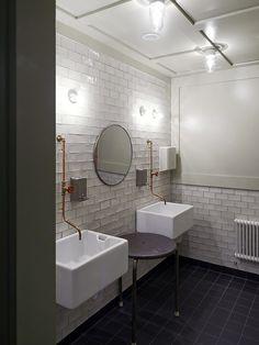 #copper #white harmony in #industrial style bathroom, designer Agneta Pettersson, architect Maths Fahlander. Torneira Industrial.