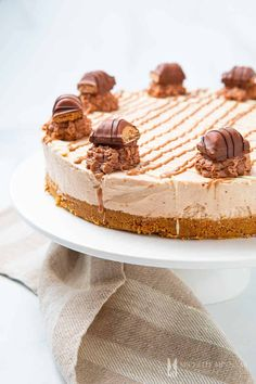 Purchase a large pack of Kinder Bueno candy bars and make this irresistible Kinder Bueno cheesecake recipe. Click here for the best cheesecake recipe! Mint Cheesecake, Nutella Cheesecake, How To Make Cheesecake, Cheesecake Desserts, Milka Chocolate, Melting Chocolate, Kinder Bueno Recipes, Springform Cake Tin, Digestive Biscuits