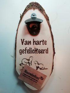 Houten wandopener graveren #hout, #wandopener, #flesopener #graveren, #naam, #tekst, #kado, #kerst, #sinterklaas, #gifts, #nerts Bbq Grill, Chilling, Man Cave, Bottle Opener, Bar Grill, Barbecue, Man Caves