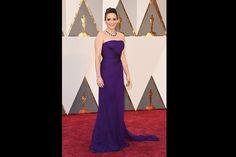 Quase igual a Reese, a comediante Tina Fey escolheu um vestido roxo Versace com corte e caimento clássicos