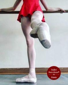 Muchos de los ejercicios tradicionales están diseñados para aumentar la fuerza y la flexibilidad en el pie. En clase se trabajan los pies particularmente con battement tendus, dégagés, frappés, relevés etc. Todos estos ejercicios moldean correctamente los pies, hacen que…
