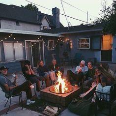 Meine Freunde und ich sitzen und reden über unsere Erfahrungen, unsere Geschichte und unsere aktuelle Geschichte.