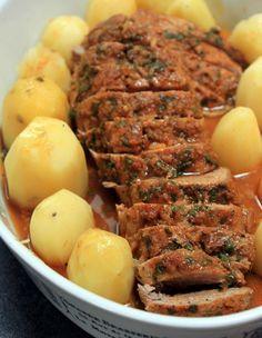 Le filet mignon est une viande idéale pour un plat du dimanche car plusieurs variantes sont possibles pourl'accommoder. Celle que je vous propose est une recette particulièrement parfumée qui se prépare la veille pour la marinade. La cuisson en papillote permet à la viande de rester bi
