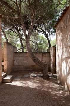 Jorn Utzon has provided amazing outside spaces at his Can Lis House in Spain. A mix of Mediterranean and Japanese design