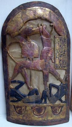 Scudo cerimoniale rinvenuto nella tomba di Tutankhamon. Il faraone assume la sembianza di un leone ed è raffigurato mentre calpesta due nemici.