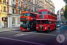 """Die traditionellen roten """"double deckers"""" machen das Straßenbild von London in England aus. 1956 begann die Geschichte des historischen Routemasters, welcher sich durch das offene Heck auszeichnet. Bis 2005 war dieser Typ in den Straßen der Hauptstadt von Großbritannien unterwegs, ehe er von neueren Doppeldeckerbussen ersetzt wurde."""