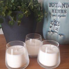 Voici un modèle en verre fin et élégant, avec trois parfums disponibles: mûre/myrtille, amande et figue ! Ainsi, Voici, Glass Of Milk, Herbs, Drinks, Scented Candles, Blueberries, Figs, Almond
